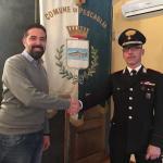 Il sindaco Andrea Bonfanti assieme al maresciallo maggiore Francesco De Leo