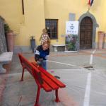 La presidente del consiglio comunale Antonella Benvenuti dipinge la panchina