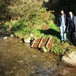 Il sindaco Andrea Bonfanti assieme al presidente del Consorzio Ismaele Ridolfi sul torrente Vinciola