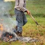 Una persona che brucia all'aperto