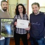 Il sindaco Andrea Bonfanti e l'assessore al turismo Beatrice Gambini premiano il vincitore Matteo Bini