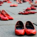 Scarpe rosse in una piazza