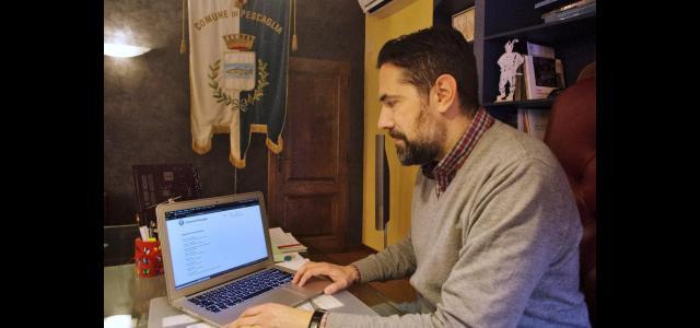 Il sindaco Andrea Bonfanti mostra la piattaforma per i pagamenti elettronici