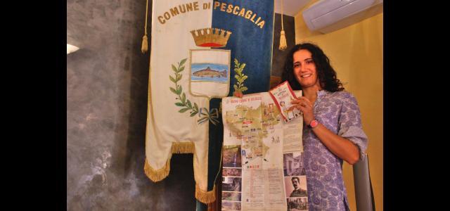 Nella foto: l'assessore al turismo Beatrice Gambini mostra la nuova cartina turistica di Pescaglia