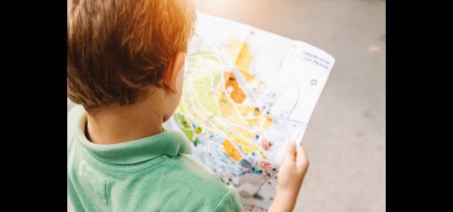Un ragazzo che legge una mappa