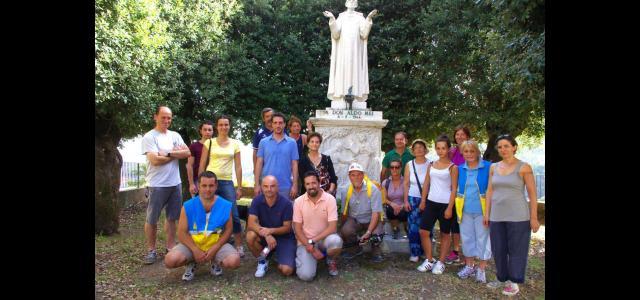Amministratori e cittadini davanti al monumento dedicato a don Aldo Mei