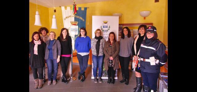 L'assessore Beatrice Gambini e le dipendenti comunali in occasione della simbolica apertura della mostra