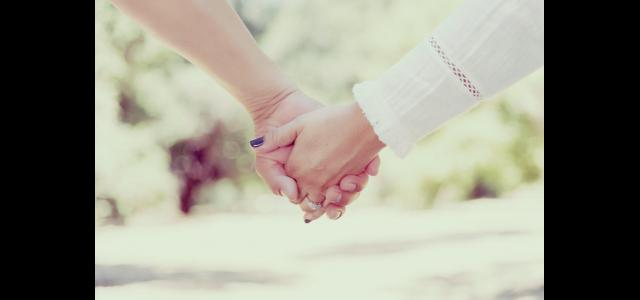 Due donne mano nella mano