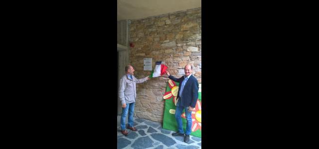 Nella foto: l'assessore alle politiche educative Valerio Bianchi e il dirigente scolastico Claudio Franciosi scoprono la targa della scuola senza zaino