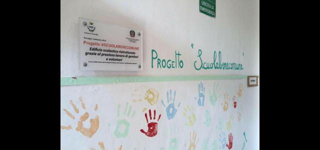Una targa del progetto #scuolabenecomune in una scuola della Valfreddana