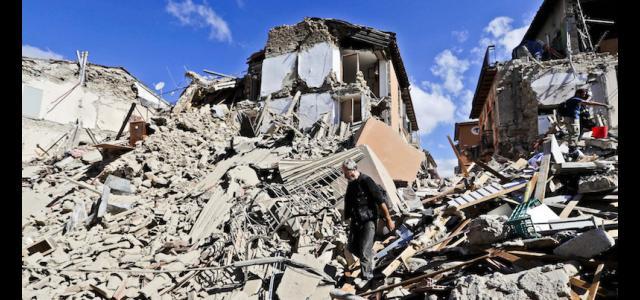 Un'immagine di abitazioni distrutte dal terremoto