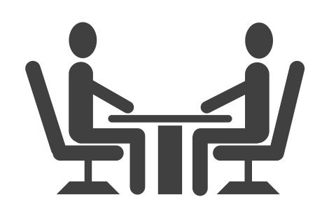 Due persone durante un colloquio