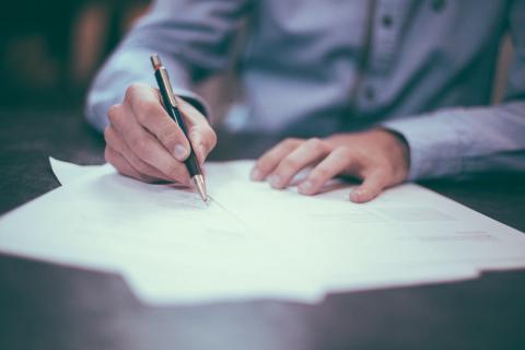 Una persona che firma un documento