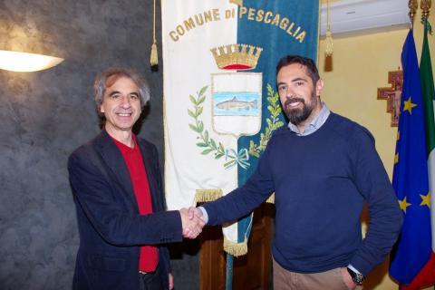 Il sindaco Andrea Bonfanti insieme a Rossano Ercolini